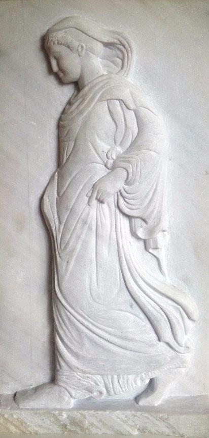 La Gradiva(de schrijdende Athene) Tinosmarmer 68h x 36b x 8d. Gemaakt in het atelier van Petros Dellatolos Tinos Griekenland in 2009