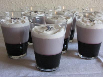 Dessert Schichtgelee aus Fliederbeersaft und Lavendelgelee mit Sahne