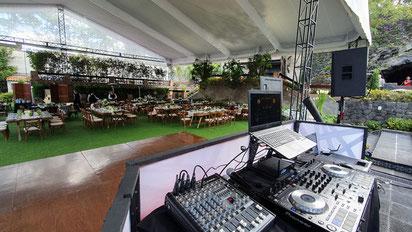Montaje de cabina de dj para bodas de Karaoke Luz y Sonido México