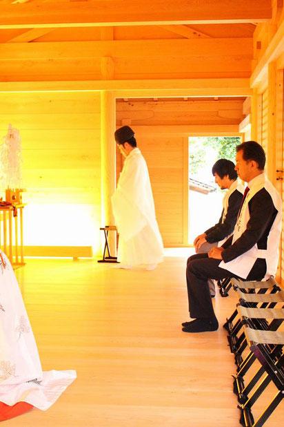 備前国総社宮の拝殿で参拝中の東條英利氏