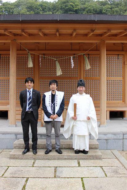 備前国総社宮の拝殿前で記念撮影をする東條英利氏と武部宮司