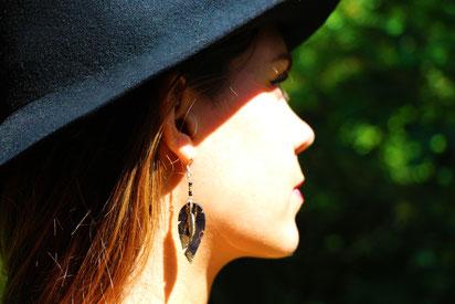 sarayana, création bijoux, bijoux cuir, boucles d'oreilles cuir, boucles d'oreilles noir et doré, plume de cuir, boucles d'oreilles élégant, bijoux fait main