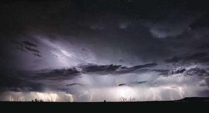 嵐の間の稲光の合成写真。ニューメキシコ州トゥクムカリ。