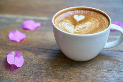 水色のペーパーバッグからのぞくチューリップの花束。