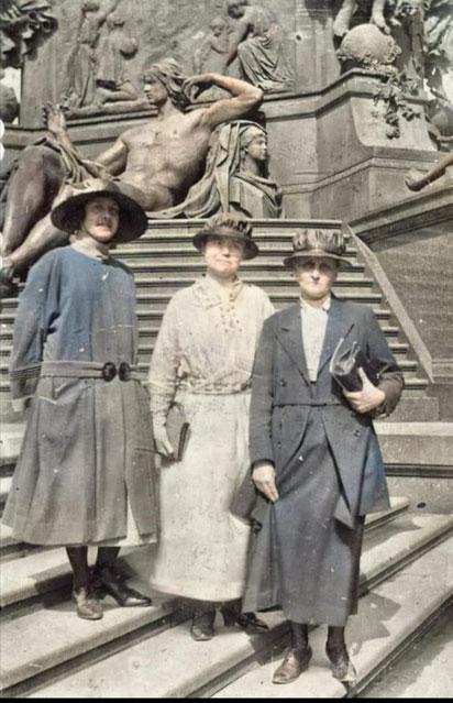 Eva aus Schweden suchte anhand dieses Bildes in einer Facebook-Gruppe nach dem Ort, wo ihre Mutter und deren Tante 1922 in Dresden stehen- denn dort war die Mutter zu Besuch. Bildquelle: Eva (Thank you for allowing me to use it!)