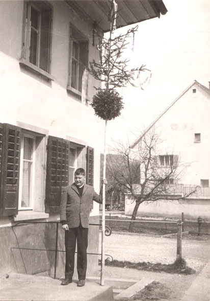 Palmsonntag etwa 1966: Stefan Fricker mit einer typischen Wittnauer Palme