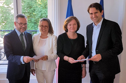 Übergabe des Positionspapiers. v.l.n.r. Staatsminister Michael Roth MdB, Sabine Thillaye, Europaministerin Nathalie Loiseau, Andreas Jung