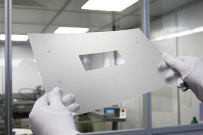 Siebdruck unter Reinraumbedingungen bei der Roos GmbH