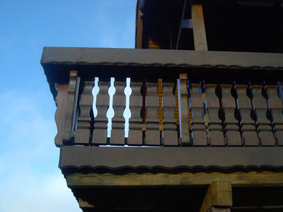 Bei Holzbalkonen, die teilweise überdacht und teilweise im Freien sind, muss mit einer intensiven Witterungsbelastung gerechnet werden.