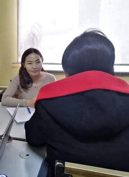 Nendaa, die Sozialarbeiterin, im Gespräch mit einer Mutter.