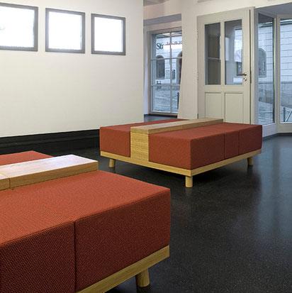 Gepolsterte Sitzmöbel entworfen von formverleih, für das Museum 642 Pössneck.  Die gepolsterten Inseln bieten Platz für ca. 5-6 Personen.