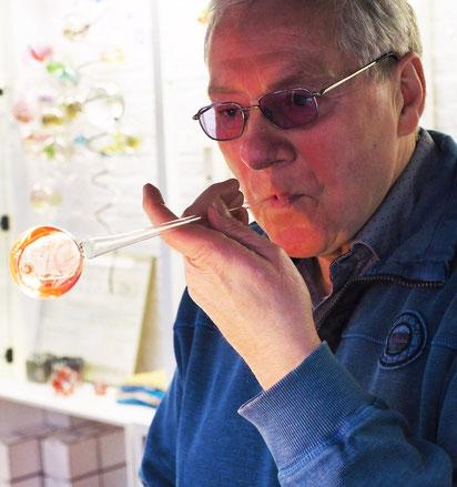 Dieter Schneider bläst eine Glaskugel.