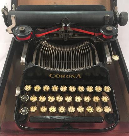 Máquina de escribir CORONA No. 3, s/ M-2305 (escrito a mano), año 1917