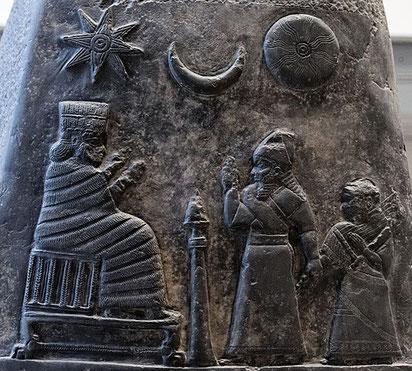 La triade Shamash (dieu soleil), Sin (dieu lune) et Ishtar (reine du ciel, associée à Vénus, déesse de la fertilité). Les Babyloniens ont aussi des triades de démons comme celle de Labartou, Labasou et Akhkhazou. Que dit la Bible?