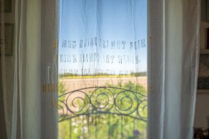 Unser Zimmervorhang mit gedrucktem Gedicht