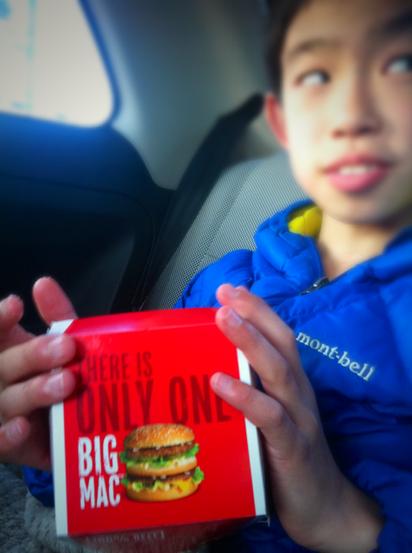 先日、友達とマックに行ったとき、ビックマックが食べたかったけど、お金が足りなくて食べれなかったと、、、で、「こんどビックマックたべたい!」って言うから学校帰りにマックに寄ってみた。 軽く食べ方をレクチャーし食べさせましたが、次からはビックマックだそうです!www *「ビックマックは特別なハンバーガーやからいつもはアカン!」って言ってやりましたけどねwww