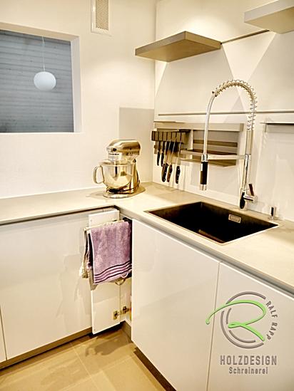 Schreinerküche nach Maß in weiß Hochglanz mit NisschenBlanco Spülbecken Subline 500-IF SteelFrameSilgranit® PuraDur®rückwandsystem und