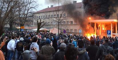 Den brændende regeringsbygning i Tuzla, d. 7 februar 2014