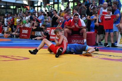 Julian Oberdanner (Rot) holt sich den Turniersieg