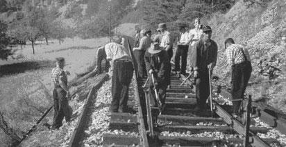 Rotte (Gruppe von Gleisbauarbeitern) beim Gleisbau