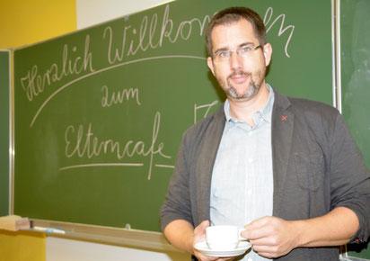 Nils Ehlers lädt Eltern in das Eltern-Café ein.