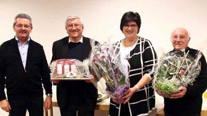 Kirchenpfleger Alois Eiber (l.) dankte den beiden Geistlichen und Pfarrgemeinderatssprecherin Gertraud Maier mit einem Geschenk.