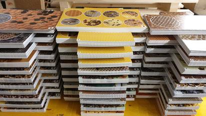 Dabei wurden ca. 1.000 Stück KunststoffFotoplatten beidseitig aufgeklebt