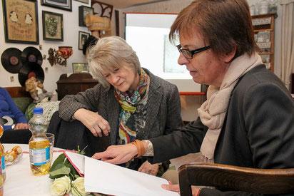 Gabriele Arndt-Sandrock (rechts) und Ingrid Decke blättern im Heimatmuseum in der Transkribierung des Kassabuches.