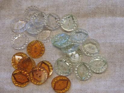 Glasknöpfe mit kleinen Punkten geprägt