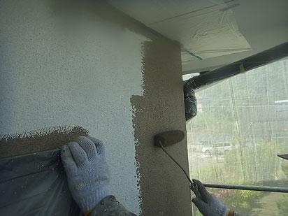 熊本市I様家の外壁塗装・屋根塗り替え状況。写真は外壁塗装中。関西ペイント塗料使用。防カビ・防藻効果