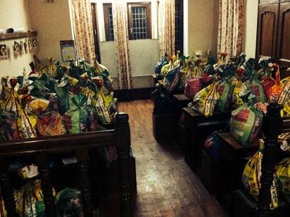Die 100 fertig gepackten Säcke werden über Nacht im Haus gelagert.
