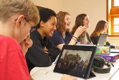 Matthies Siebörger, Evelyn Eze, Sara Gollasch, Bente Schulz und Vanessa Brandt während einer Online-Session mit der St. Petersburger Gruppe – Foto: SJR