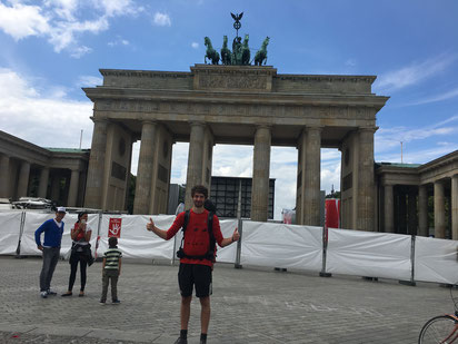 Mirko vor dem Brandenburger Tor
