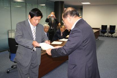 長岡市長に申入書を手渡す出雲民商の金山会長