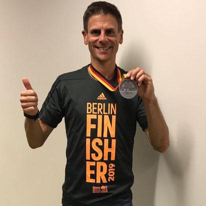 Christian Wurzberger zeigt stolz seine Medaille