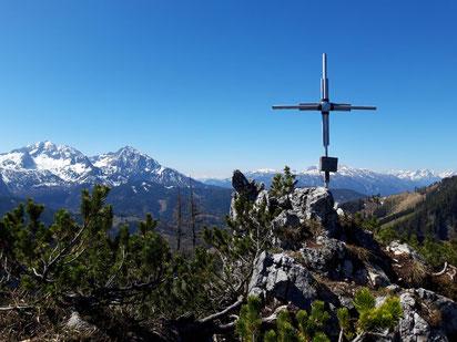 Gipfelkreuz Astein - im Hintergrund die Haller Mauern