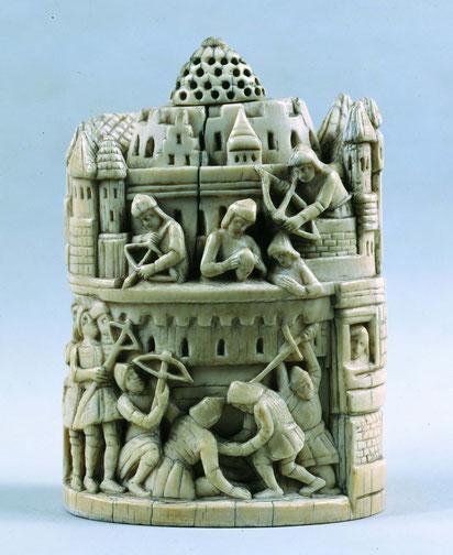 Schachfigur aus Elfenbein mit Belagerungsszene einer Burg