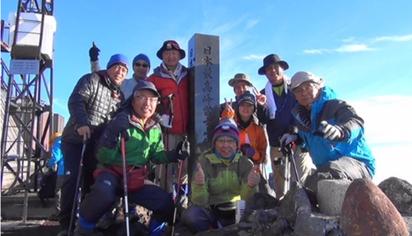 3,776mの山頂、石碑の左隣が筆者