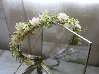 Couronne de fleurs séchées et stabilisées par La cinquieme saison.