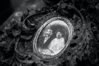 Médaillon photo ancienne de couple en noir et blanc - La cinquieme saison