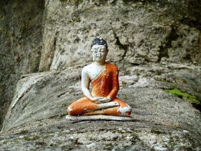 Little Buddha auf dem Fuß des großen Buddha. Dowa-Tempel, Sri Lanka 2011