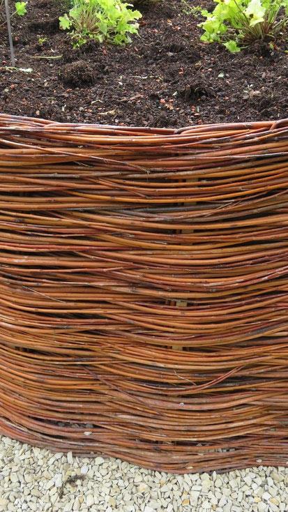 Lassen Sie sich beim Kauf der Stäbe beraten. Das Holz sollte widerstandsfähig gegen Feuchtigkeit sein, damit Sie lange Freude an Ihrem Weiden-Beet haben.