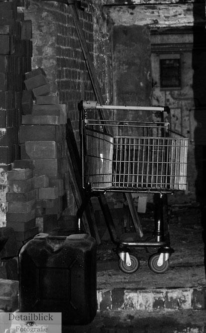 Gegenständliche Fotografie auf Detailblick Fotografie - Einkaufswaagen an einem ungewöhnlichen Ort