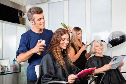 Friseure mit ihren Kunden