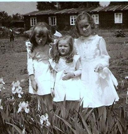 Zwei meiner Schwestern und ich, in weißen Kleidern, muss so 1958/59 gewesen sein