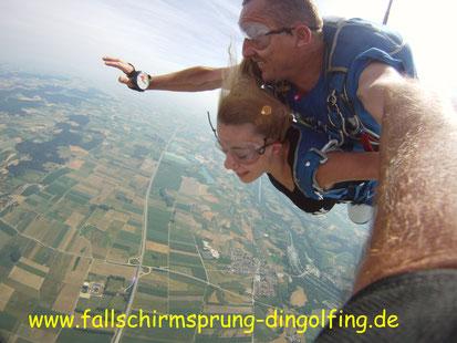 Fallschirmsprung Bayern mit Tandemfun in Dingolfing. Gutschein als Geschenk hier bestellen.