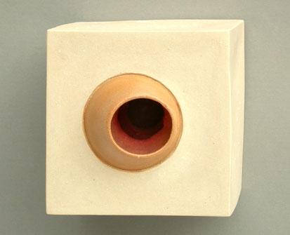 Kleiner Kubus aus rötlichem Porzellan mit runden, ausragenden Öffnungen durch die man in den organisch geformten Innenraum in der Art von Eingeweiden sieht.