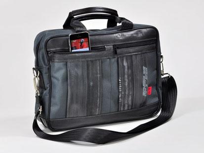 Handliche Laptoptasche aus recyceltem Gummi; gefertigt in der Werkstatt des Berliner Unternehmens Stef Fauser Design