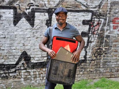 Der jamaikanische Künstler Fitzroy Simister präsentiert die Umhängetasche Planinger aus Fahrradschlauch von Stef Fauser Design.