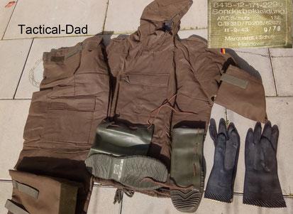 """Der """"Obergarment"""" Schutzanzug der Bundeswehr. Im Gewebe ist Aktivkohle eingearbeitet. Er ist etwas angenehmer zu tragen als ein Gummianzug, schützt aber dafür nicht so gut."""